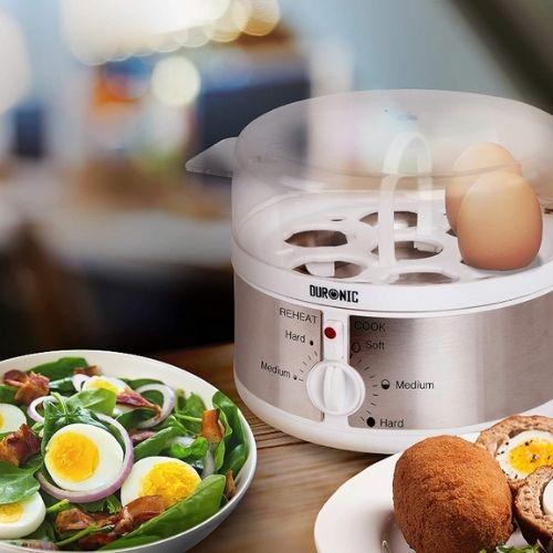 Photo de la machine pour cuire oeufs sur un plan de travail de cuisine.