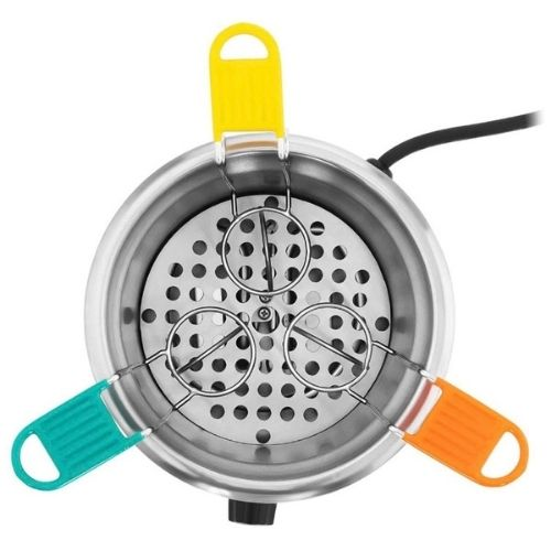 Photo du cuiseur oeuf coque professionnel de la cuve avec les cuillères à oeufs colorés.